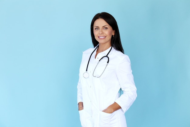 Доктор с белым халатом и стетоскопом