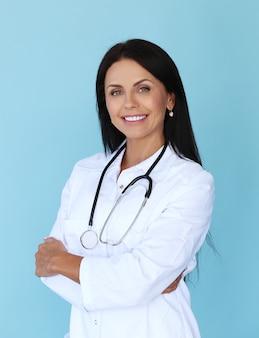 白いローブと聴診器を持つ医師