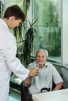 의사 여자와 노인 환자