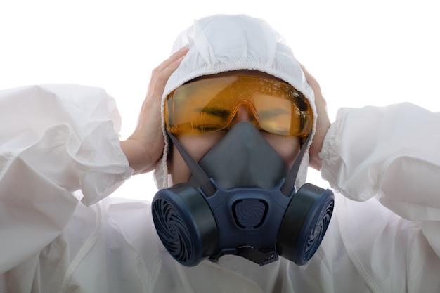 Женщина-врач чувствует напряжение в химической защитной одежде и противогазовой маске