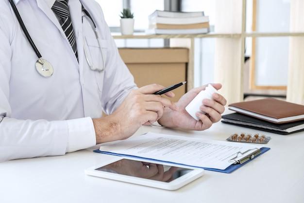 病院と医療聴診器で医師が働き、紙のレポートを書く