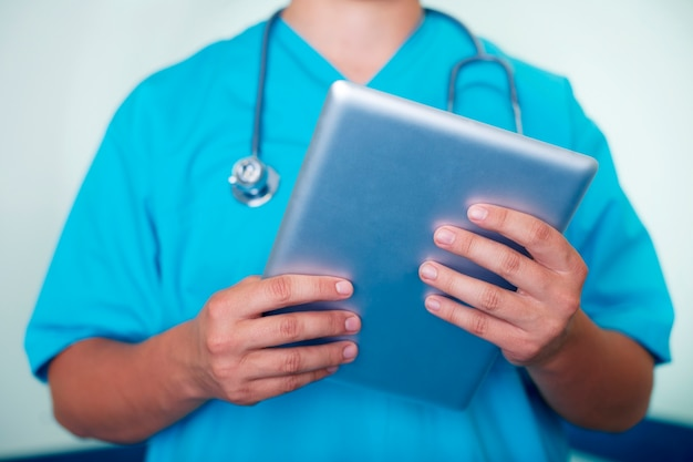 Medico che lavora sulla tavoletta digitale