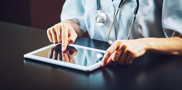 Доктор работает на цифровом планшете с копией пространства
