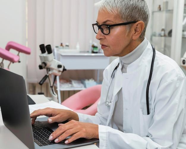 ノートパソコンで作業している医師