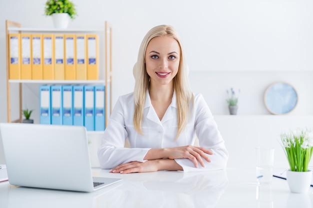 그녀의 사무실에 노트북에서 일하는 의사