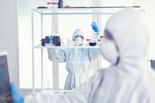 다양한 박테리아와 조직을 다루는 의사, covid19에 대한 항생제에 대한 제약 연구.