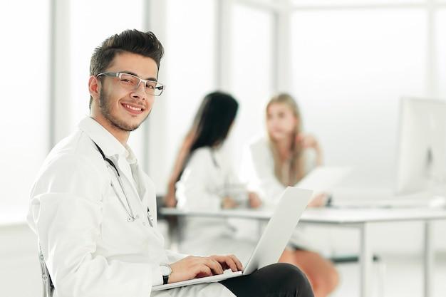 의사는 병실에서 노트북에서 작동