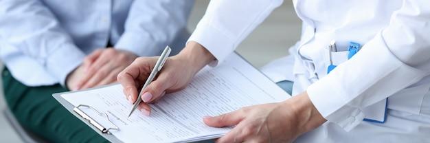 의사는 건강 문제 개념의 카드 첫 징후에 환자의 건강 증상을 기록합니다.