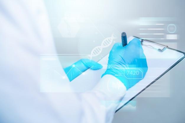 Доктор пишет на documet с футуристическим интерфейсом hud. инновационная концепция в науке и медицине.