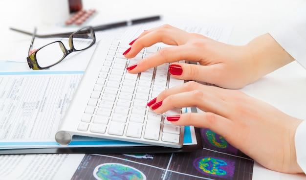 Доктор писать на клавиатуре крупным планом
