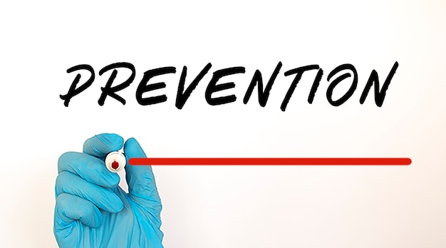 빨간색 표시와 함께 텍스트 예방을 작성하는 의사. 의료 개념.