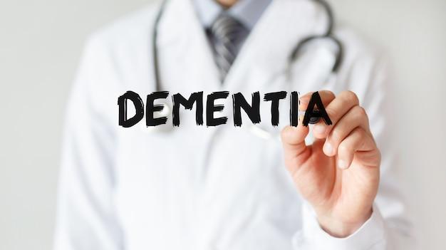 Доктор писать слово деменция с маркером, медицинская концепция