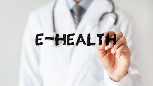 Доктор писать слово e-health с маркером, медицинская концепция
