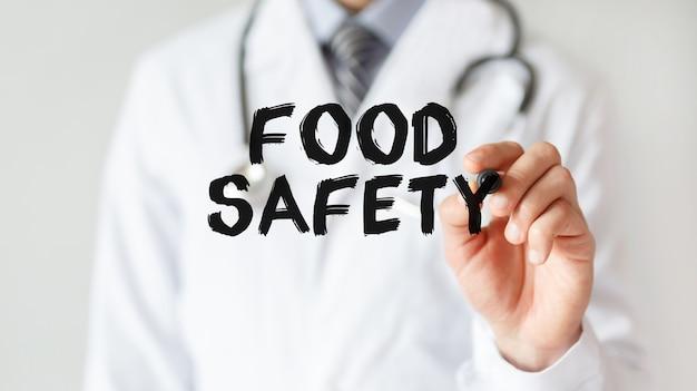 표시와 함께 단어 식품 안전을 작성하는 의사