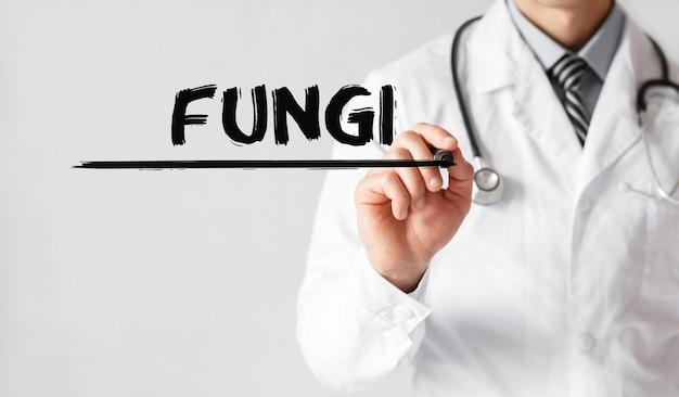 Доктор, написание слова грибов с маркером