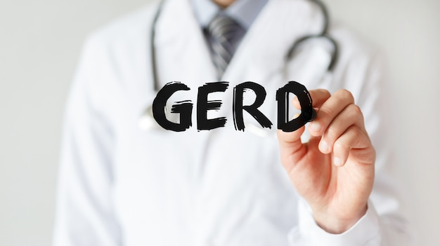 마커, 의료 개념으로 단어 gerd를 쓰는 의사