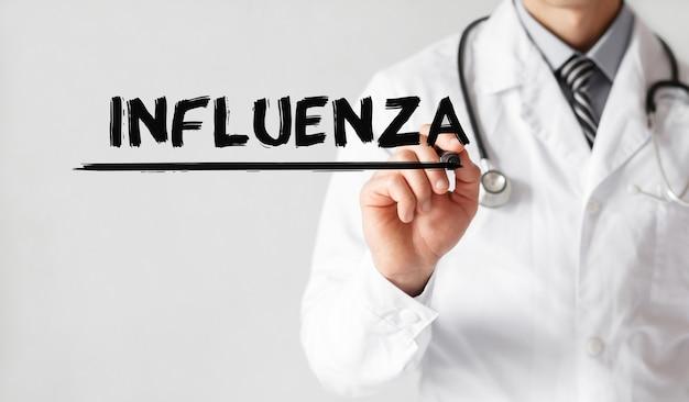 Доктор писать слово гриппа с маркером, медицинская концепция