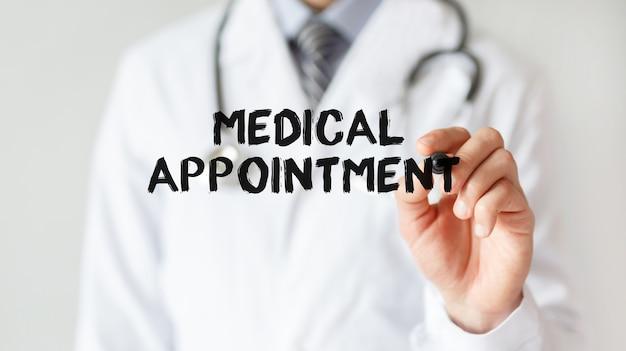 Доктор писать слово медицинское назначение с маркером, медицинская концепция