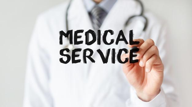 마커, 의료 개념으로 단어 의료 서비스를 작성하는 의사
