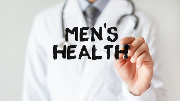 Доктор писать слово мужское здоровье с маркером, медицинская концепция