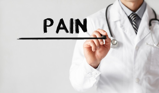 Доктор писать слово боль с маркером, медицинская концепция