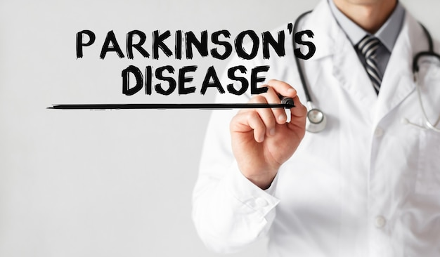 マーカー、医療概念でパーキンソン病という言葉を書く医師
