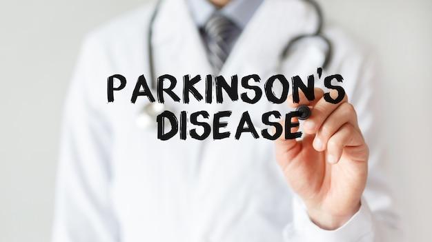 Доктор пишет слово болезнь паркинсона с маркером