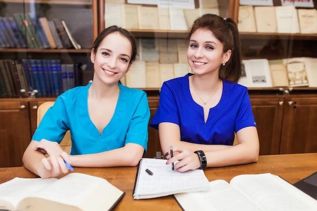 Докторская диссертация. фон студент-медик для учебников в школе медсестер.