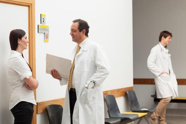 医者と話す患者