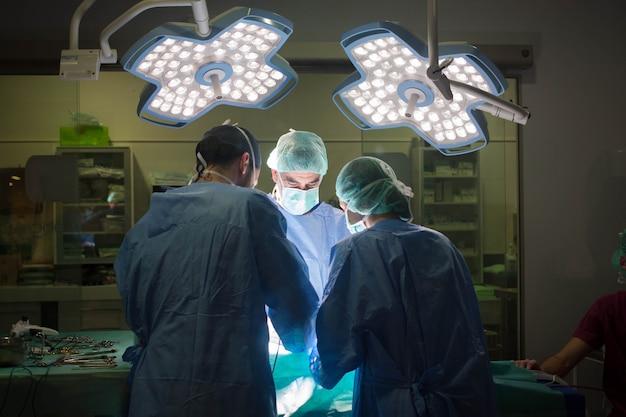 Врачи и клиницисты, работающие в клинике с электронными устройствами