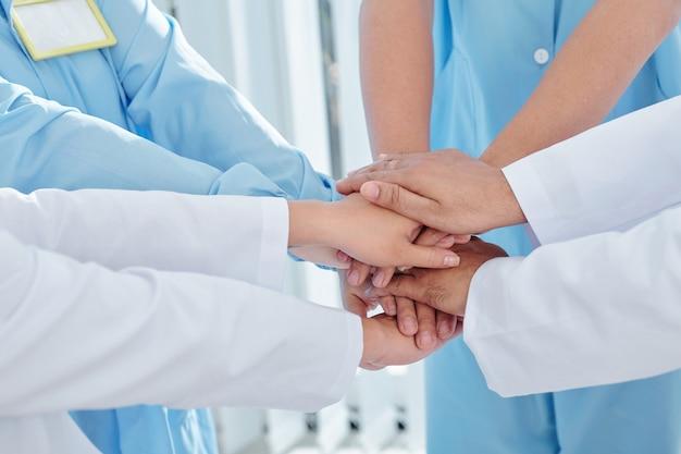 医師や看護師が手をスタッキング
