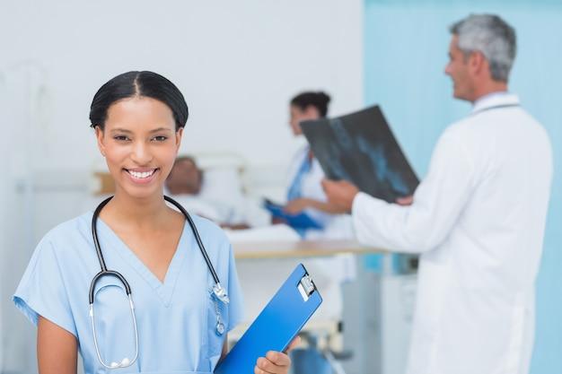 医師と病院でのx線撮影患者