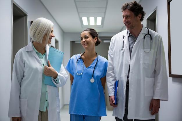 医師と外科医が廊下で交流