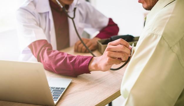 医師は病院、診断、ヘルスケア、医療サービスで患者の健康状態を調べています-画像