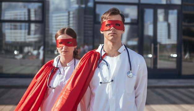 Врачи - супергерои, стоящие на городской улице