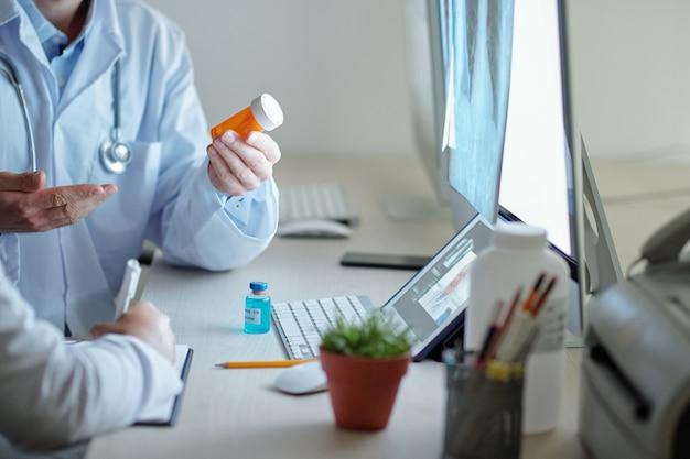 다른 병원 동료와 온라인 회의에서 코로나바이러스에 대한 약과 백신에 대해 논의하는 의사