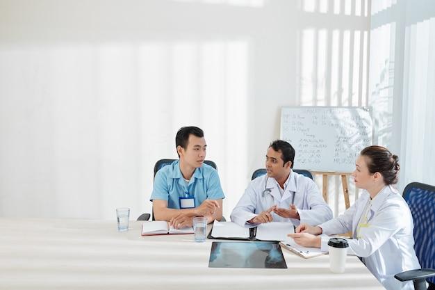 予防策について話し合う医師