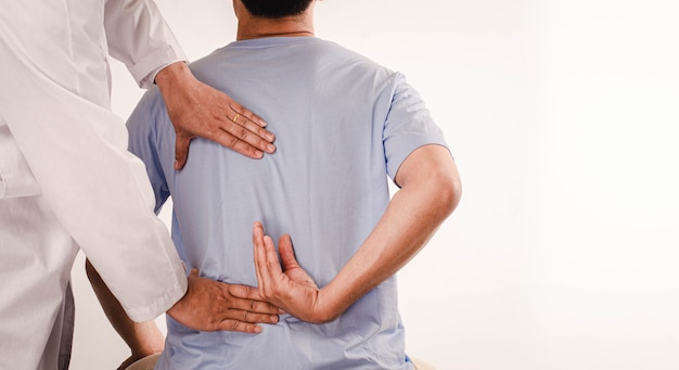 Врачи проводят физиотерапию для молодых мужчин и консультируют пациентов с проблемами плеча.