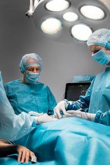 환자에 대한 수술 절차를 수행하는 의사