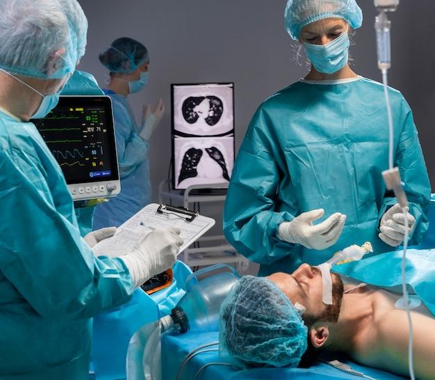 Medici che eseguono una procedura chirurgica su un paziente