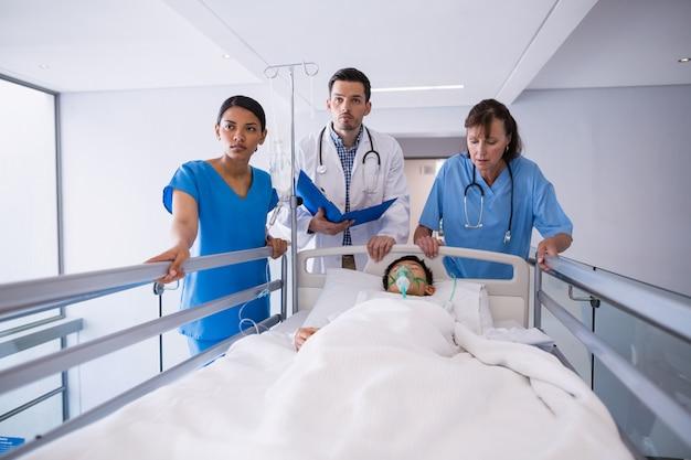 廊下で患者を調べる医師