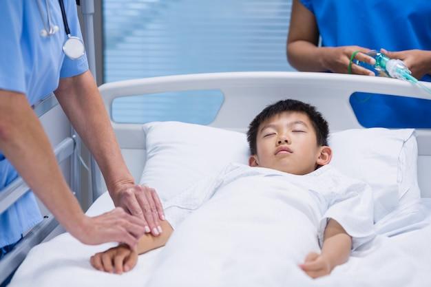 病棟で患者を診察する医師