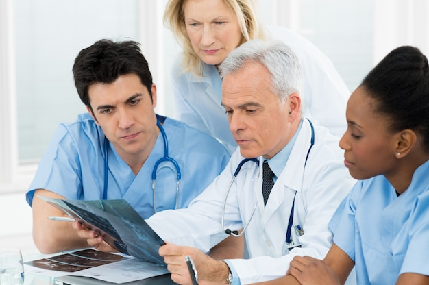 X線レポートを調べる医師