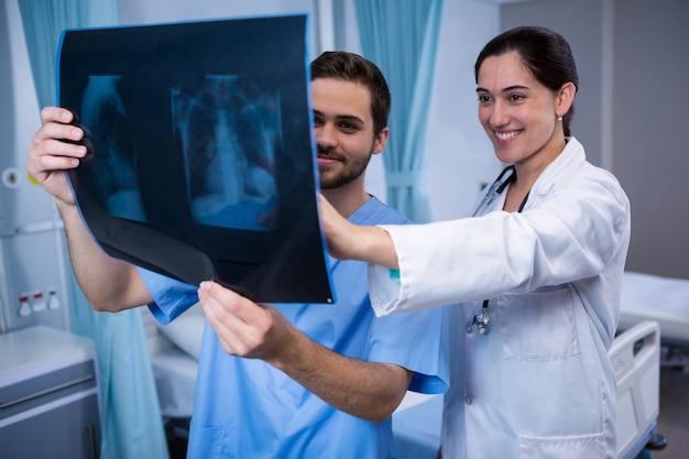 Врачи осматривают рентген