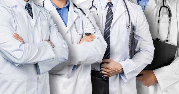 Группа врачей, включая врача-хирурга