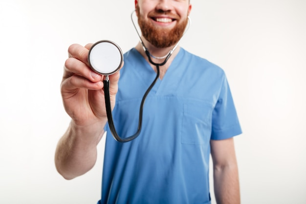 ハートビートを聞く聴診器を持っている医師の手