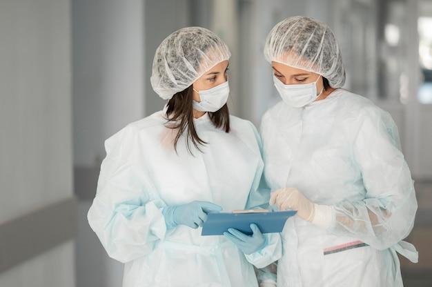 病院で化学防護服を着た医師