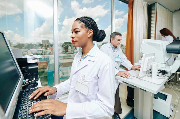 Врачи офтальмологической клиники работают на компьютерах и современном оборудовании.