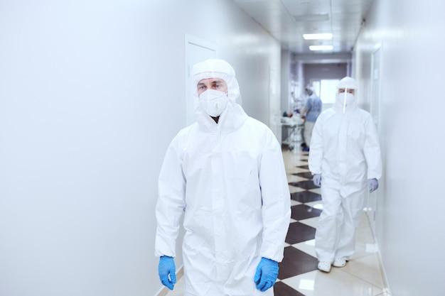 코로나바이러스 전염병 동안 병원에서 일하는 보호복을 입은 의사들