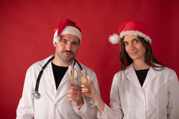 샴페인 잔으로 응원하는 산타 클로스 모자 의사